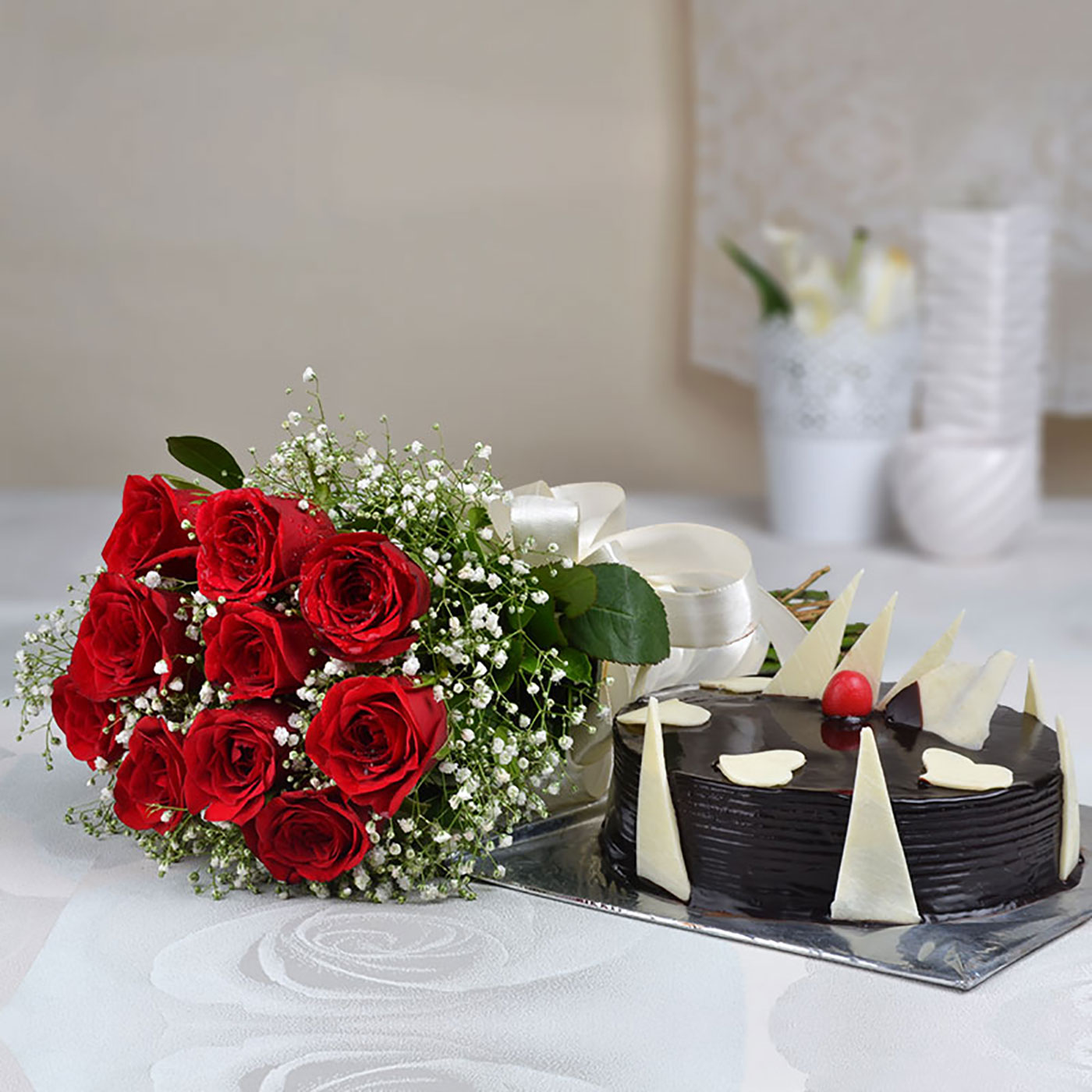 Bouquet of 10 Red Roses with a Half Kg Chocolate Cake – Yo Surprise